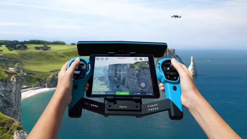 圖為 Parrot 無人機的遙控器 Skycontroller。