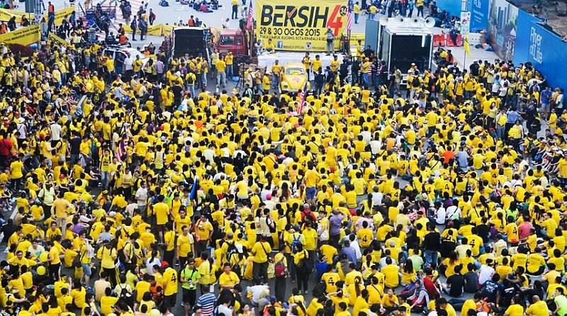 馬來西亞人民不滿首相涉嫌貪污,穿上黃衣集會請願。