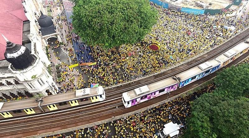 馬來西亞淨選盟反政府集會,出席人數高達 30 萬人。