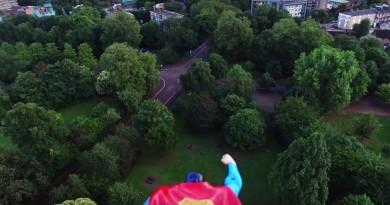 航拍新玩法!無人機綁公仔 扮做超人滿天飛