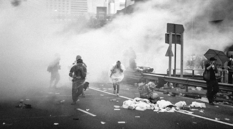 催淚彈、胡椒噴霧、電槍等非致命武器多用於控制人群。