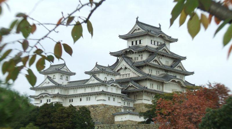 無人機墜落日本古城姬路城,導致窗框受損。