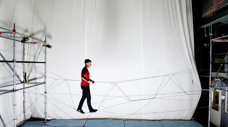 無人機以繩索建築行人吊橋
