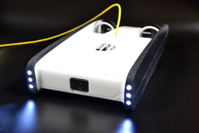 OpenROV Trident 配備 HD 鏡頭與 6 顆 LED 探射燈。