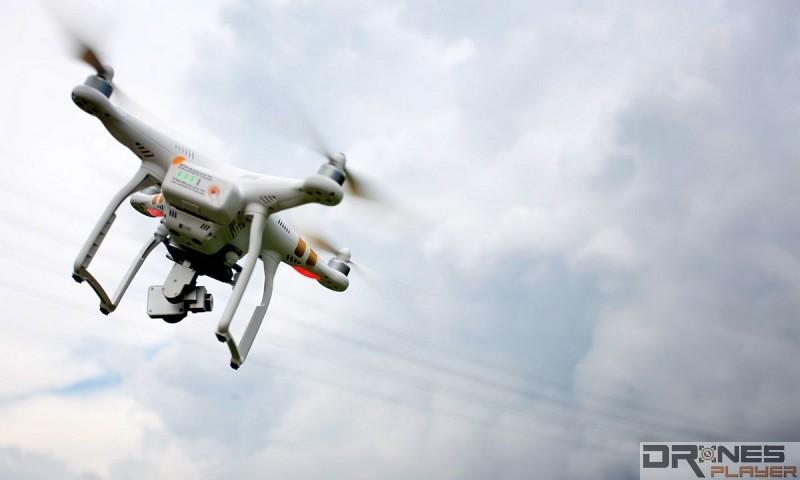 無人機機體往右傾,雲台電機則會往左校正,令雲台仍維持於水平狀態。
