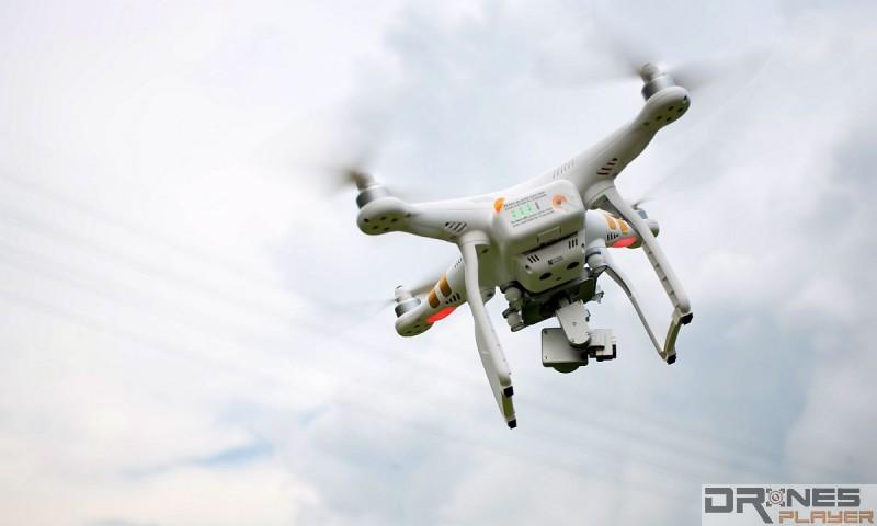 當無人機機身往左傾,雲台電機便會往右校正,務求令雲台的水平狀態不變。