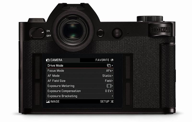 Leica SL(Typ 601)機背按鍵不多,操控上需依賴 2.95 吋 104 萬點的輕觸式屏幕。
