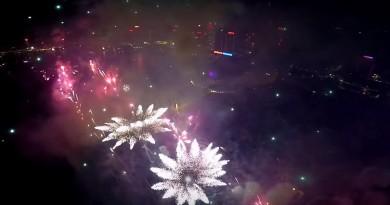 無人機飛入煙花中 航拍火樹銀花的壯麗場面
