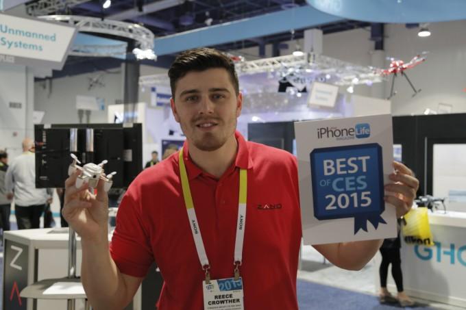 Zano 迷你航拍機於 CES 2015 展覽會上,曾被選為最佳產品。相中人為Torquing 公司的市務總監 Reece Crowther。