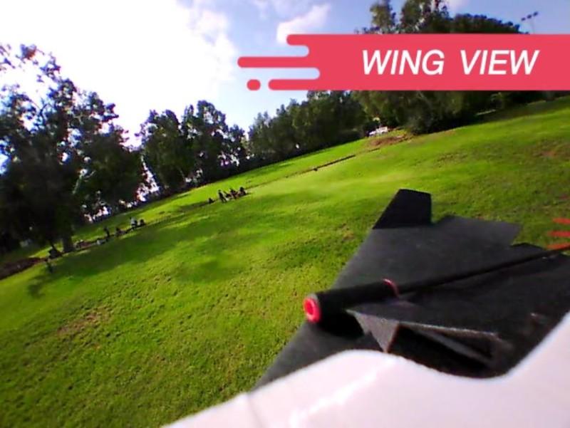 用戶只要將 PowerUp FPV 攝影機的航拍鏡頭向右一擺,即可拍到右邊機翼。