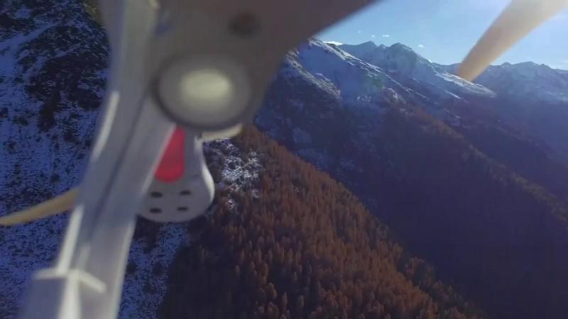 機腳和機翼竟然同時入鏡,就知道無人機狀況堪虞,離反機墜地不久矣。