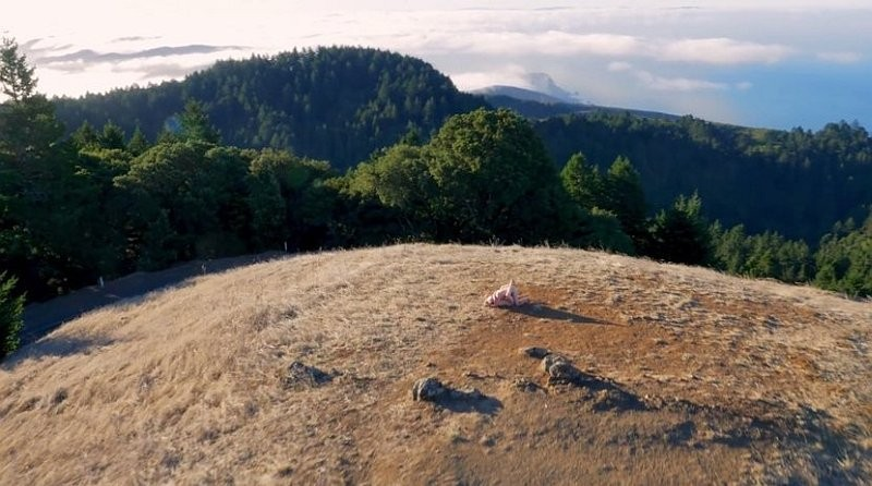 航拍色情片《Drone Boning》的山頂場景