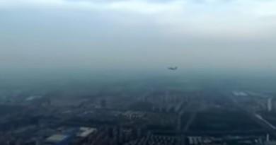 【有片有真相】無人機與解放軍戰機狹道相逢,好彩無撞機!