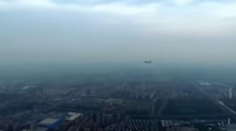無人機與解放軍戰機狹道相逢的驚險場面