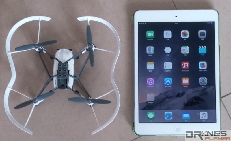 Parrot Minidrones Airborne Cargo機身大小只有  18.5 x 18 x 4cm,適合室內飛行。(與 iPad Mini 比較大小)