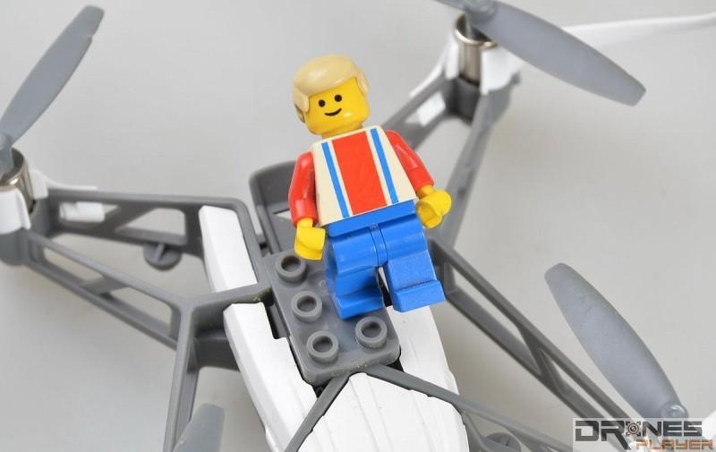 Parrot Minidrones Airborne Cargo 機頂及四軸側都設有積木接口位,可裝上 Lego 人偶。