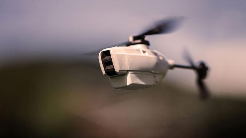 Black Hornet 2 空拍機在空中飛行的模樣。