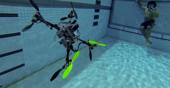 Naviator 無人機在泳池中的進行潛航測試的情況。