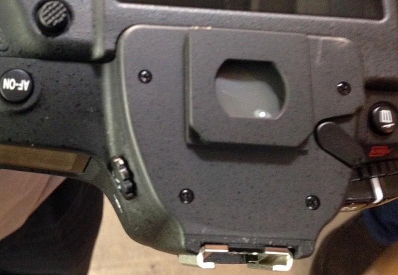 Nikon D5 拆出取景器接目框後,可見遮光快門前設有鏡片保護。