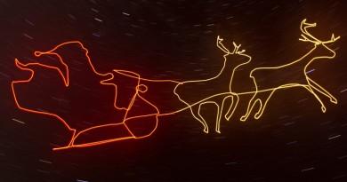 無人機聖誕贈慶!夜空繪出 Christmas 光影塗鴉