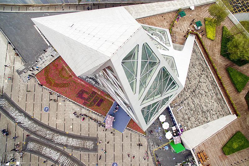 DJI 深圳旗艦店外形設計相當前衛,驟眼看有如一座白色高塔。