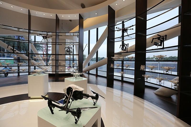 DJI 深圳旗艦店店內間隔寬敞,有足夠空間讓中國大媽逛上半天。