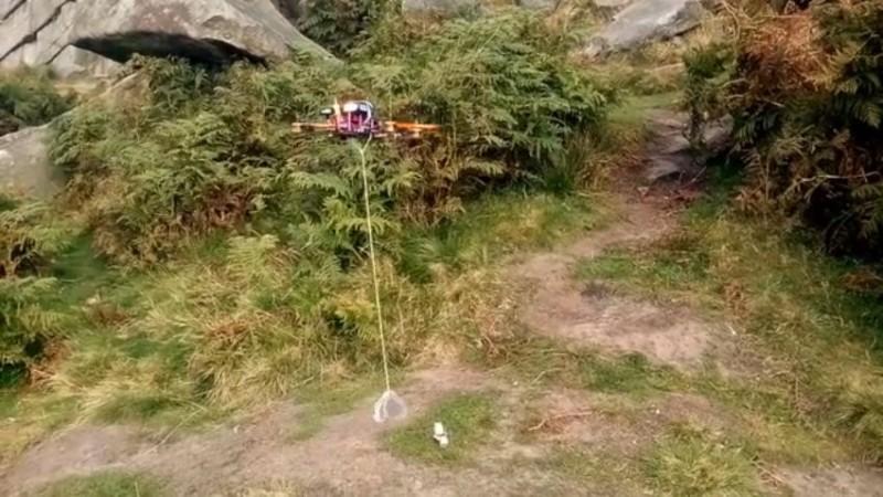 加裝了 Mantis Drone Claw 的四軸飛行器,可在半空中抓取地面上的物件。