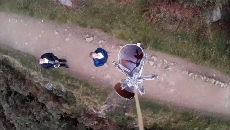 從第一身角度觀看 Mantis Drone Claw 抓取物件,何奇壯觀!