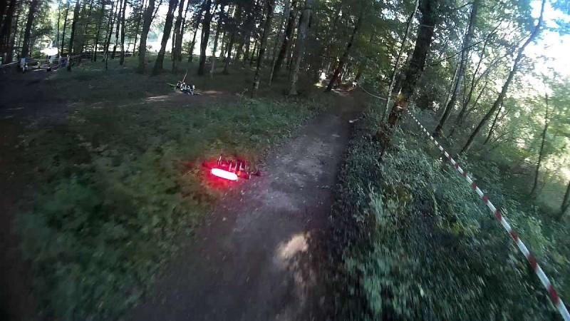 競速無人機的 FPV 畫面充滿速度感,極具觀賞。