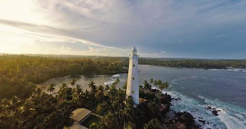 空拍機鏡頭下的斯里蘭卡岸邊燈塔。