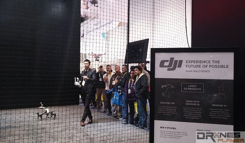 DJI 在 CES 2016 上架設安全圍網,現場示範放飛無人機。
