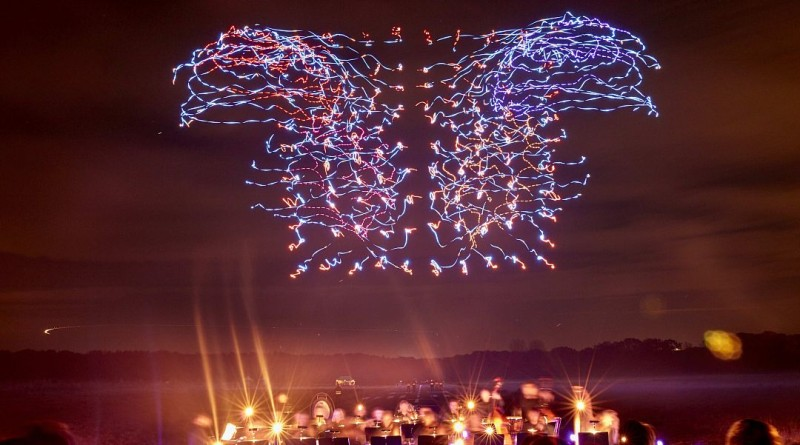 Intel 100 部無人機同步合演光影飛舞