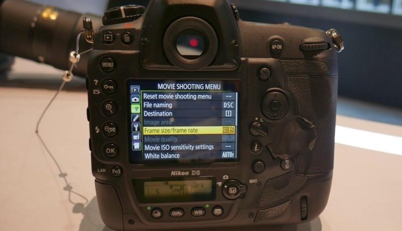 Nikon D5 設有輕觸式屏幕,但不能像 D500 般可上下翻摺。