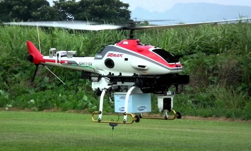 圖中為 Yamaha RMAX 農用無人機,採用直升機型設計。