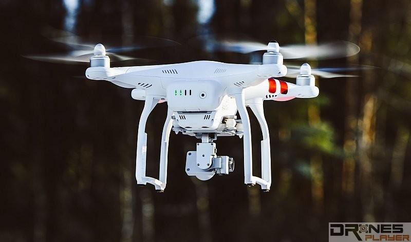 望著空拍機的機尾來控制升降是較安全的做法。