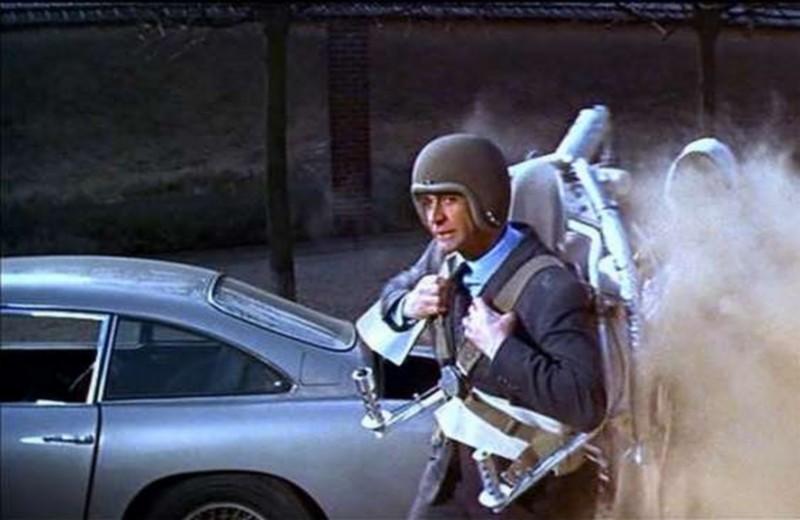 1965 年上映的占士邦電影《Thunderball》,男主角辛康納利(Sean Connery)在片中揹著火箭背包執行間諜任務。