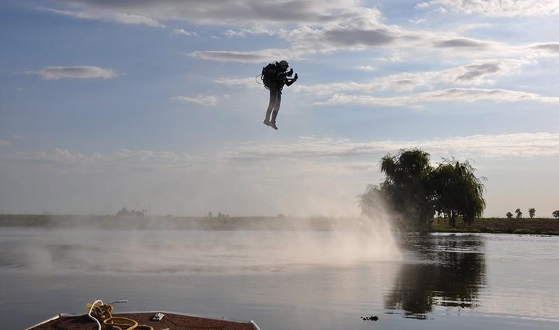 Jetpack JB-9 火箭背包在水面上試飛。