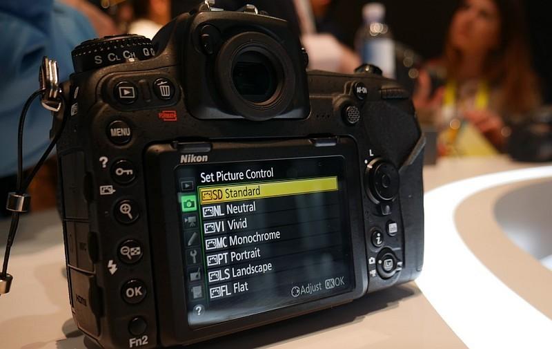 Nikon D500 具備可上下翻摺的 3.2 吋輕觸式屏幕,令拍片變得更方便。