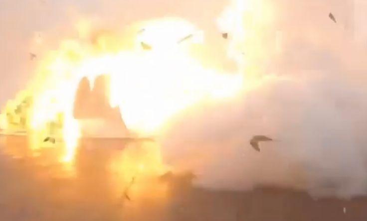 結果火箭撞地爆炸,碎片與火光四濺。