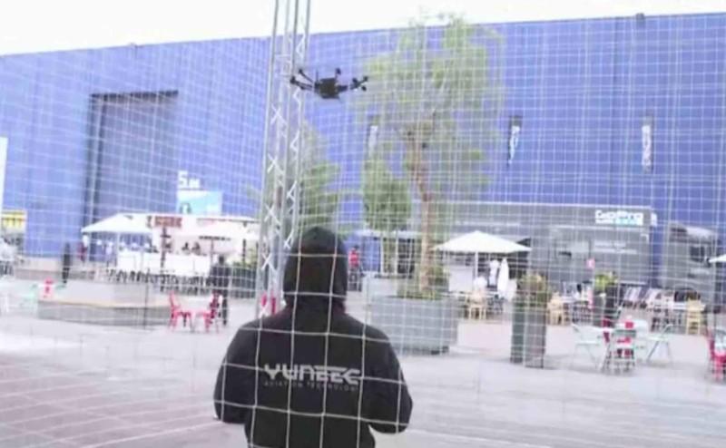 Yuneec 工作人員在安全圍網內利用 Typhoon H 作飛行示範。
