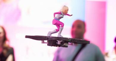 Barbie 腳踏四軸飛行器升天 芭比娃娃無人機,很想要吧!