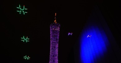 DJI 無人機飛入央視春晚 貼上 LED 燈聞歌起舞