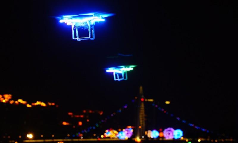 DJI Phantom 3 Professional 人機的旋翼周邊均貼上了 LED 燈後,在空中飛舞的英姿。