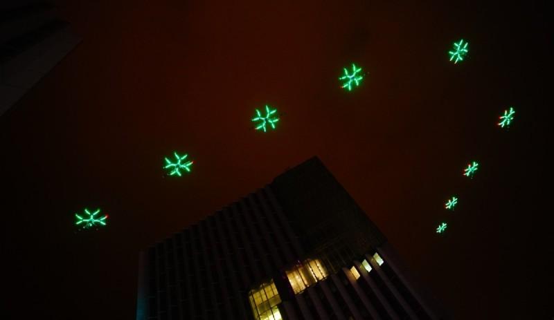 農業無人機 DJI MG-1 在噴灑泵中安裝可作七色變換的呼吸燈,在夜空中飛行顯得絢爛奪目。