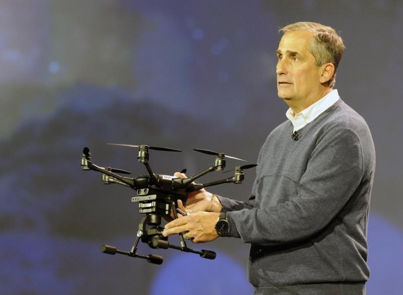 在 CES 2016 的主題演講會上,Intel 執行長 Brian Krzanich 在 CES 主題研討會上親身推介 Yuneec Typhoon H。