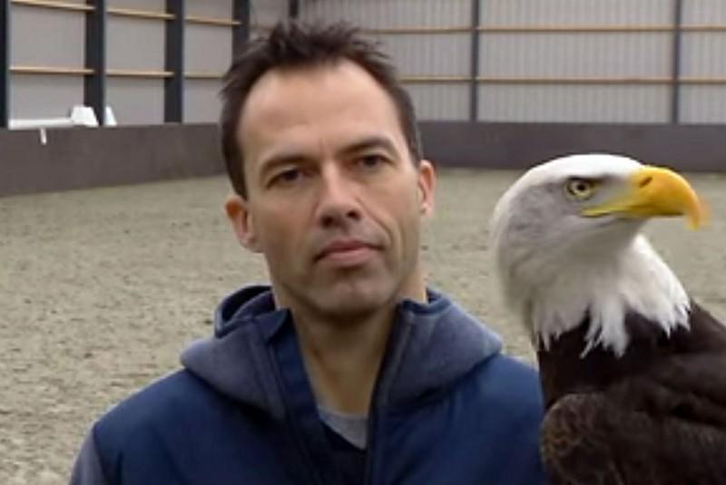 負責教導猛禽捕捉無人機的訓練員。