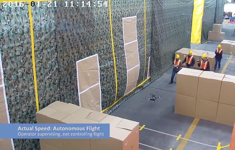 手持遙控器的測試員並無操控 DARPA FLA 無人機,只負責近距離監察和作突發應變。