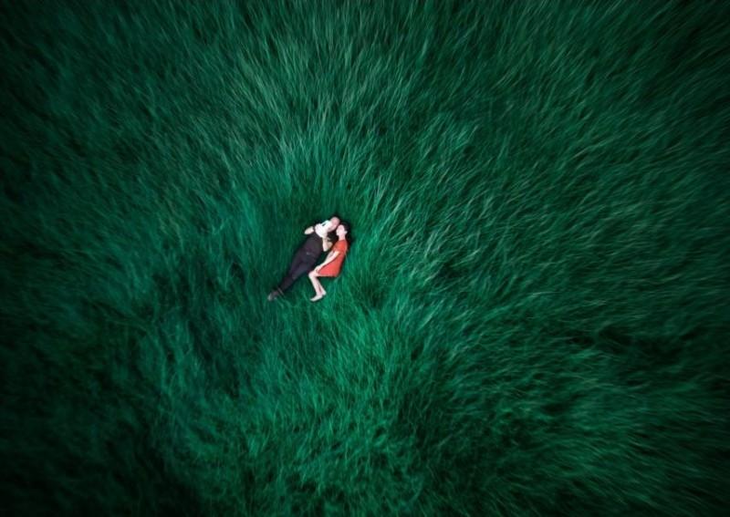 這是攝影師特地為慶祝老婆生日而拍攝的空拍圖。空拍機以鳥瞰角度拍攝躺臥在一片草地上的男女主角,營造不一般的夫妻自拍合照!(圖片來源:Toning Joe / Skypixel.com)