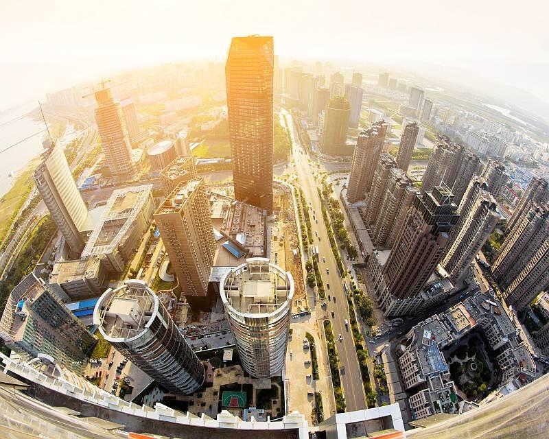 如空拍機低飛少許來拍攝城市高樓,影像則會呈現彎曲變形,帶來仿如魚眼鏡的效果。(圖片來源:ShutterStock.com)