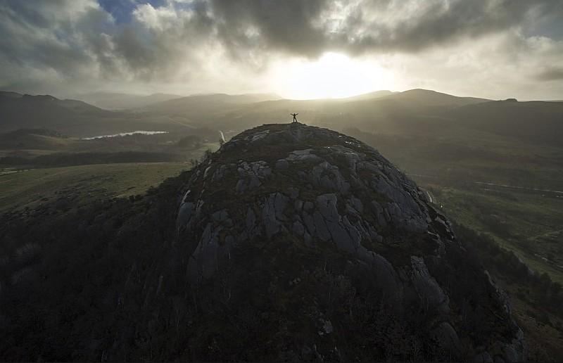 利用陽光來剪影出山頂的人物主體。(圖片來源:Audrius R / Skypixel.com)